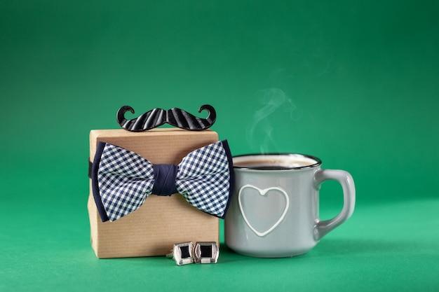 Geschenkdoos verpakt in ambachtelijk papier en een kopje koffie