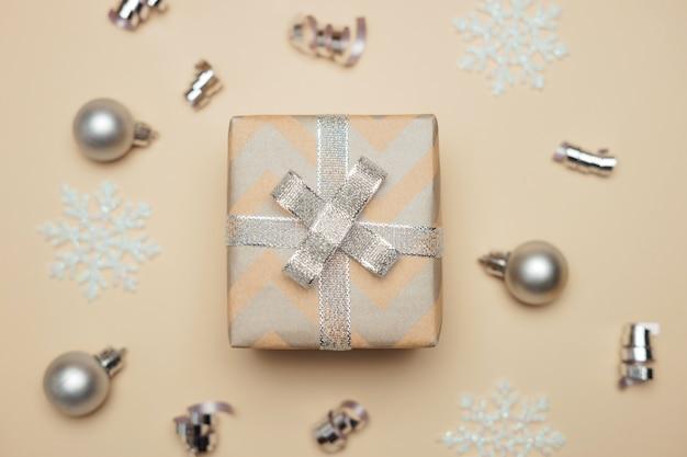 Geschenkdoos verpakt in kraftpapier met zilveren lint op kerstmis.