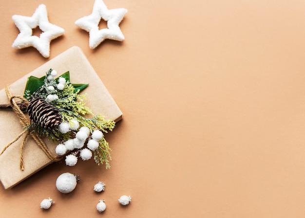 Geschenkdoos verpakt in kraftpapier op een bruine achtergrond