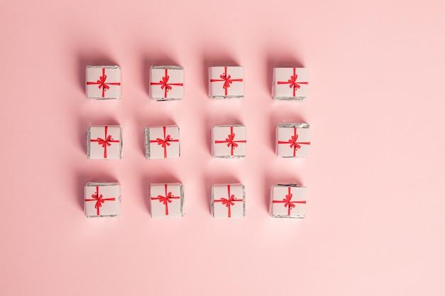 Geschenkdozen collectie. sjabloonontwerp. vakantie dozen op pastel achtergrond. viering patroon met verschillende partij decor. nieuwjaar en feest