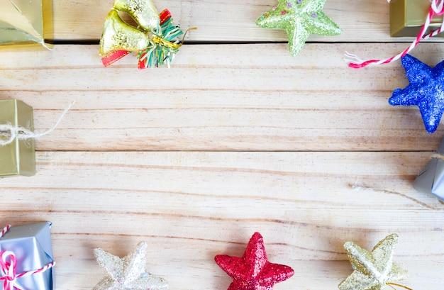Geschenkdozen en bel met sterren op het houten bord