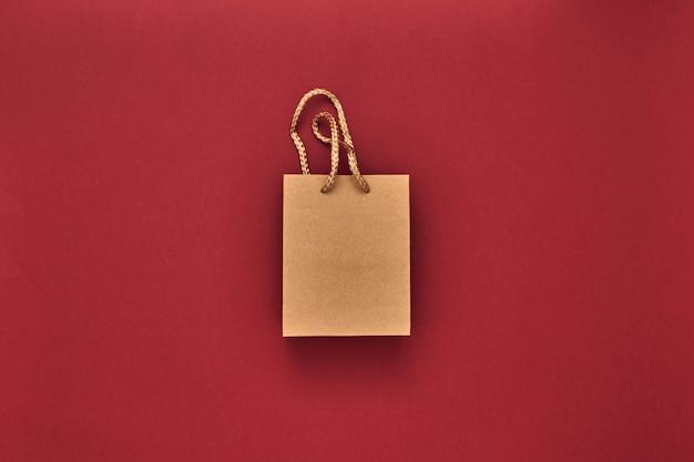 Geschenkdozen en gave tas op een rode achtergrond