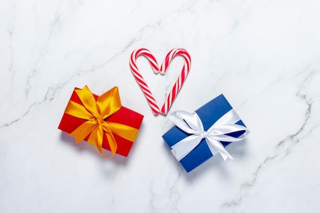 Geschenkdozen en karamelriet op een marmeren achtergrond