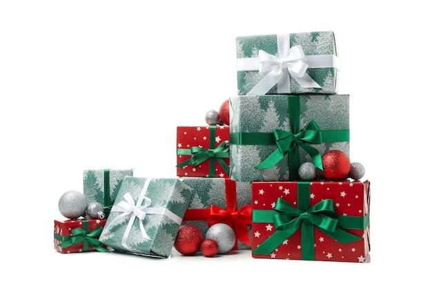 Geschenkdozen en kerstballen geïsoleerd op een witte tafel