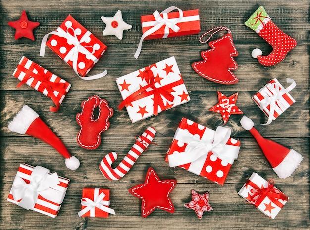 Geschenkdozen en kerstversiering. platliggend vintage afgezwakt