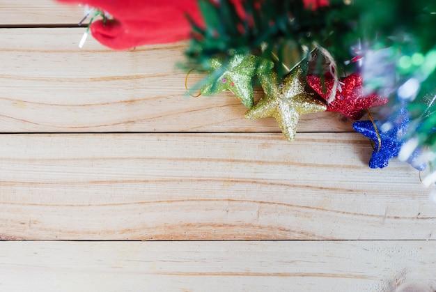 Geschenkdozen en sterren onder de kerstboom chirstmas op de houten tafel
