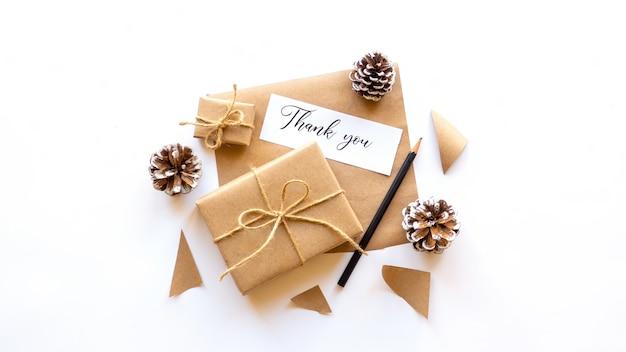 Geschenkdozen fir kegels nota met een bericht en een potlood