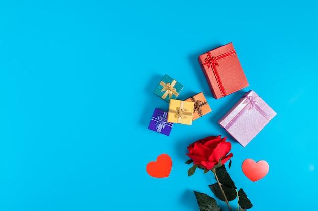 Geschenkdozen geplaatst op een blauwe achtergrond