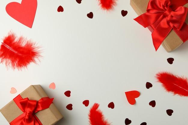 Geschenkdozen, harten en veren op witte achtergrond