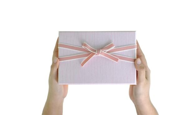 Geschenkdozen in dameshand op de witte achtergrond