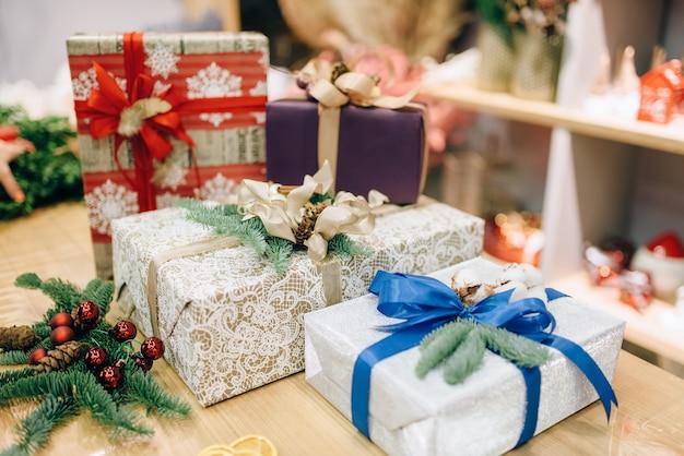 Geschenkdozen in feestelijk inpakpapier met linten