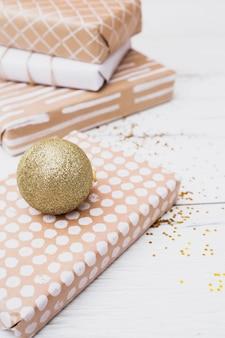 Geschenkdozen in wikkels in de buurt van kerstballen