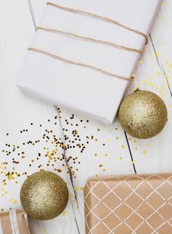 Geschenkdozen in wraps in de buurt van kerstballen
