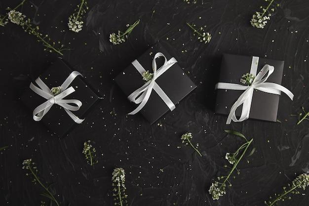 Geschenkdozen in zwart-witte kleur met bloemen. modern inpakken