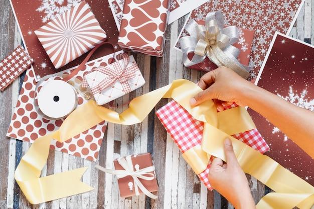 Geschenkdozen inpakken voor vrolijk kerstfeest en een gelukkig nieuwjaar
