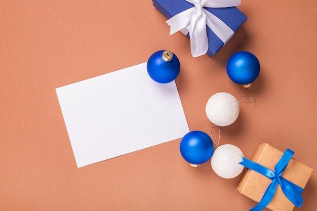 Geschenkdozen, kerstboomversieringen en wenskaarten voor tekst op een bruine achtergrond. concept voor oud en nieuw en kerstavond. banier. plat lag, bovenaanzicht.