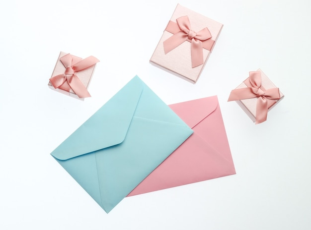 Geschenkdozen met bogen, enveloppen geïsoleerd op een witte achtergrond.