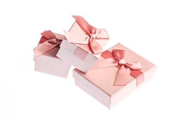 Geschenkdozen met bogen geïsoleerd op een witte achtergrond.