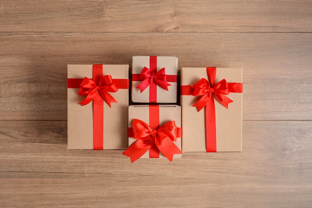 Geschenkdozen met feestelijke linten op houten