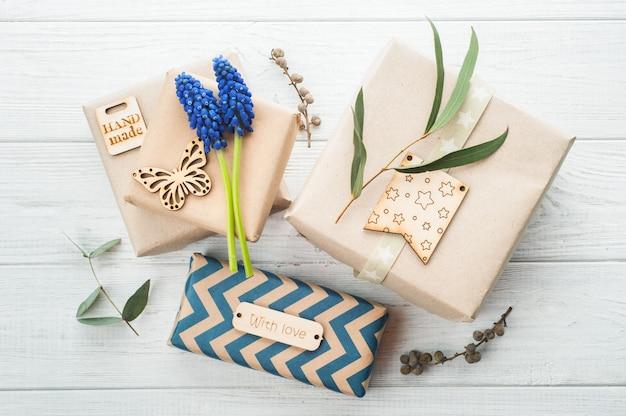 Geschenkdozen met florale decoratie