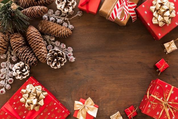 Geschenkdozen met grote kegels op tafel