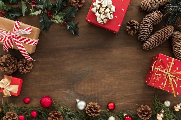 Geschenkdozen met kegels op tafel