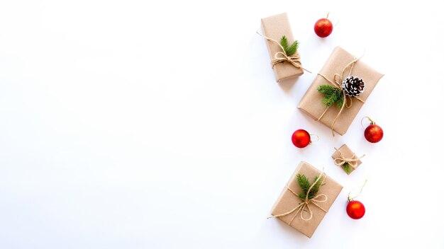 Geschenkdozen met kerstboomtakken en dennenappels