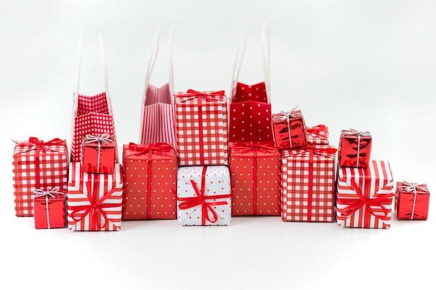 Geschenkdozen met kerstcadeautjes verpakt in rood papier