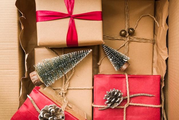 Geschenkdozen met kleine dennen
