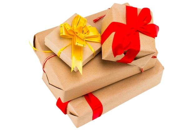Geschenkdozen met lint set geïsoleerd op een witte achtergrond. grote stapel cadeautjes, verrassingen. kerstmis, verjaardag, vakantie concept.