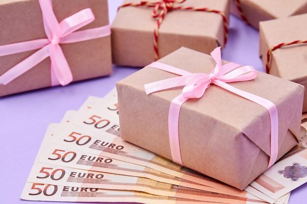 Geschenkdozen met linten op biljetten van 50 euro