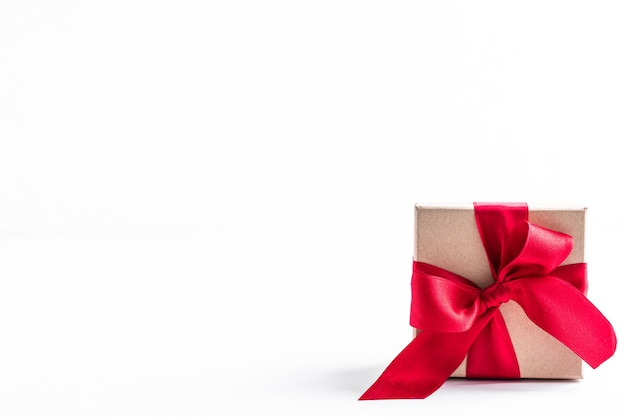 Geschenkdozen met rood lint en strik op wit