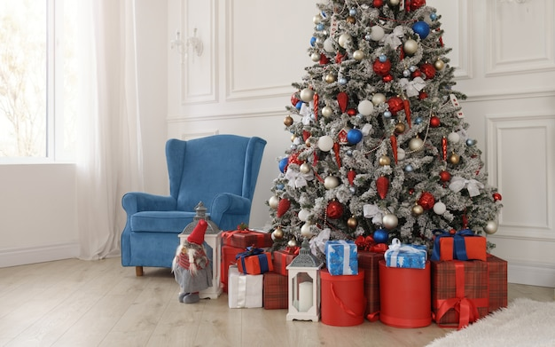 Geschenkdozen onder gedecoreerde kerstboom en blauwe fauteuil