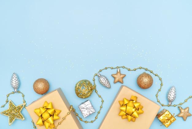 Geschenkdozen op blauwe achtergrond voor verjaardag, kerstmis of huwelijksceremonie