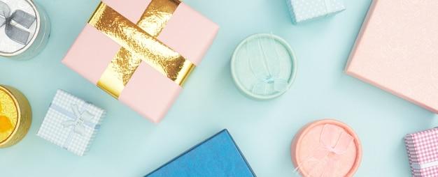 Geschenkdozen op blauwe pastel achtergrond, kopie ruimte, flatlay