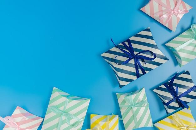 Geschenkdozen op een blauwe achtergrond