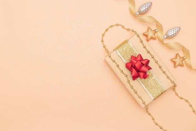 Geschenkdozen op gouden achtergrond voor verjaardag, kerstmis of huwelijksceremonie