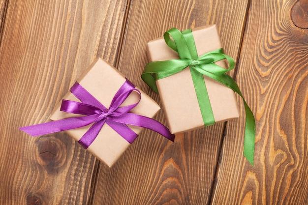 Geschenkdozen op houten tafel achtergrond