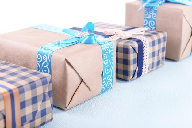 Geschenkdozen op lichtblauw oneffen oppervlak