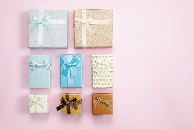 Geschenkdozen op roze achtergrond. vakantie verkoop concept. achtergrond van valentijnsdag