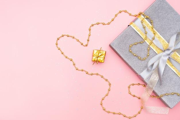 Geschenkdozen op roze achtergrond voor verjaardag, kerstmis of huwelijksceremonie