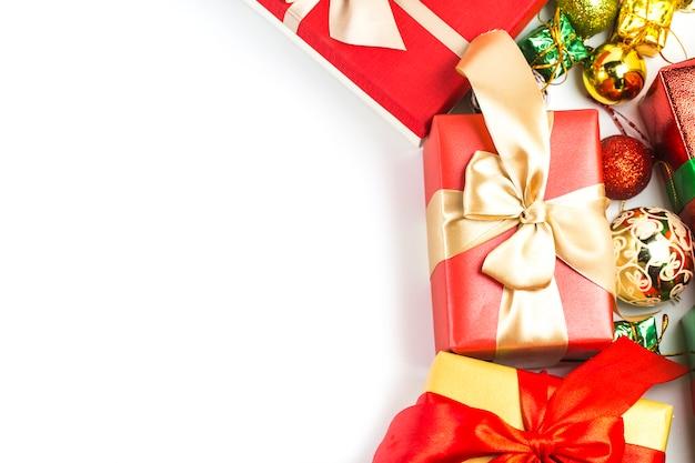 Geschenkdozen op witte achtergrond