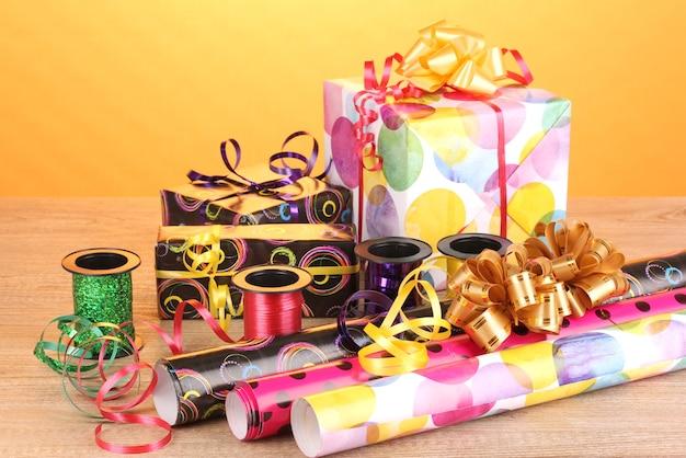 Geschenkdozen, papier, lint en strikken op houten tafel