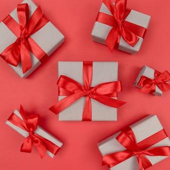 Geschenkdozen verpakt in ambachtelijk papier met rode linten en strikken