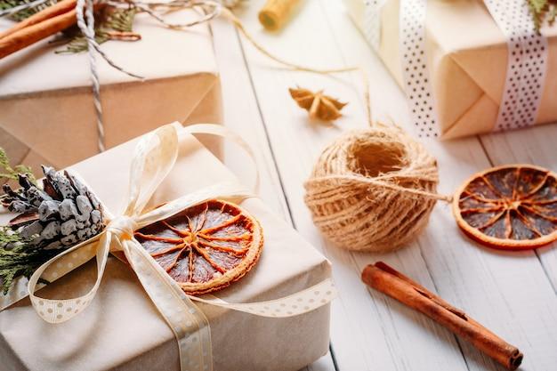 Geschenkdozen verpakt in inpakpapier met linten