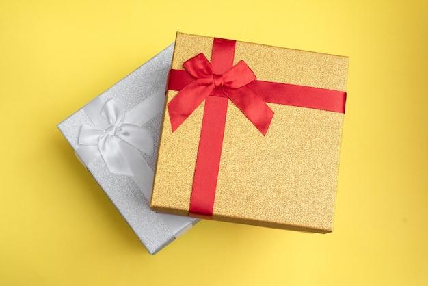 Geschenkdozen verschillende kleuren voor geliefden, voor man en vrouw.