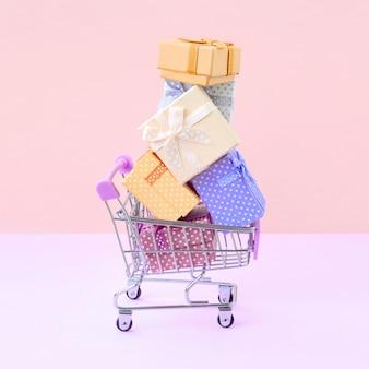 Geschenkdozen voor wintervakantie in supermarkt winkelwagentje
