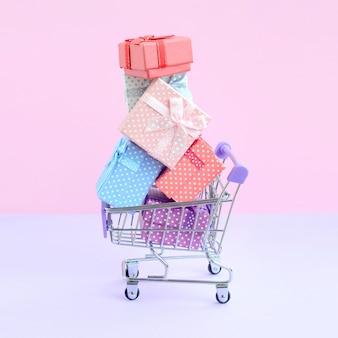 Geschenkdozen voor wintervakanties in het winkelwagentje van de supermarkt