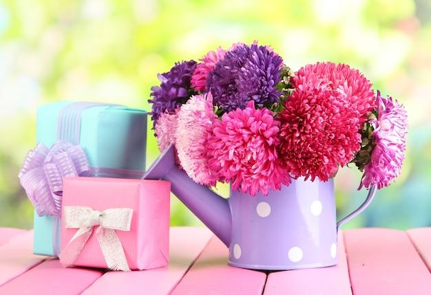Geschenken en bloemen in gieter