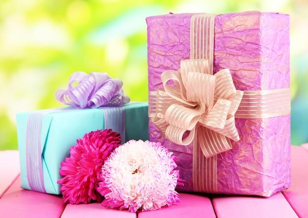 Geschenken en bloemen, op de achtergrond van de natuur